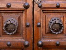 与铁把柄的古老门 库存图片