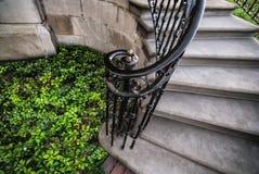与铁栏杆的老石楼梯 图库摄影