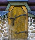 与铁的老古老木门处理土气葡萄酒减速火箭的图象背景 图库摄影