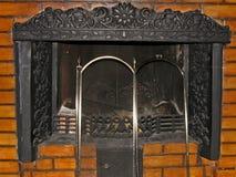 与铁花格的金属壁炉在石工 免版税库存图片