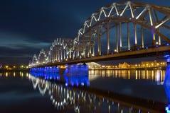 与铁路桥的夜全景场面在里加 免版税图库摄影