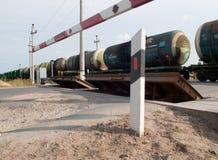 与铁路被采取的油的坦克 免版税库存图片