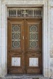 与铁透雕细工样式的老木门 免版税库存图片