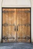 与铁铰链的老教会门 免版税库存照片