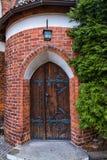 与铁铰链的老木中世纪门 olszty,波兰 免版税库存图片