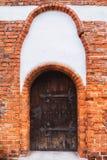 与铁铰链的老木中世纪门 olszty,波兰 图库摄影