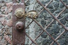 与铁链子瘤的古老古色古香的古铜色门 免版税库存照片
