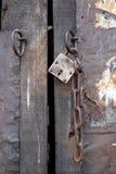 与铁锁和链子的古老木门 库存照片