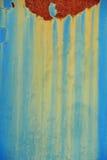 与铁锈和黄色滴水的蓝色背景 酸颜色 免版税库存照片