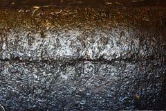 与铁锈斑点的被风化的被绘的金属 库存照片