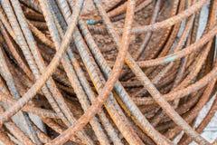与铁锈海岛的钢绳 图库摄影