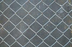 与铁锈混凝土墙纹理的铝格栅 库存图片