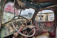 与铁锈的老卡车内部 免版税库存照片