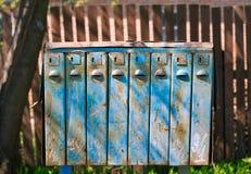 与铁锈的老蓝色邮箱 免版税库存图片