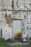 与铁锈的老金属门 库存照片