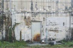 与铁锈的老金属门 免版税库存图片