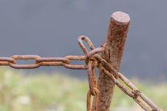 与铁锈的老链子 免版税图库摄影