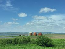 与铁锈的被充斥的农田和五谷容器在沿跨境29的衣阿华 库存图片