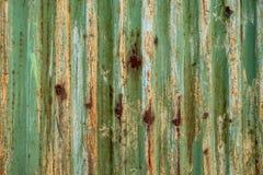 与铁锈许多踪影的老波纹状的绿色板料  图库摄影