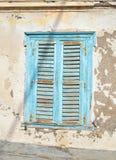 与铁锈-九头蛇海岛希腊的老蓝色木窗口 免版税库存图片