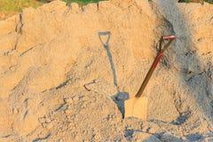 与铁锹的土壤 免版税库存图片