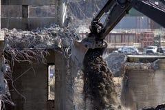 与铁锹的Excavagator有很多石渣 免版税库存图片