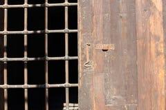 与铁障碍的木门 库存照片