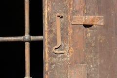 与铁障碍的木门 库存图片