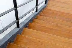 与铁细长立柱的木楼梯 库存照片