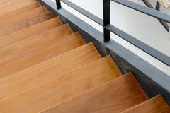 与铁细长立柱的木楼梯 免版税库存照片