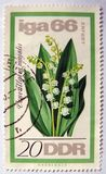 与铃兰设计的一张老东德邮票 免版税库存图片
