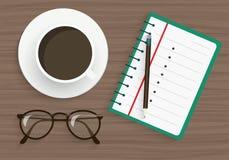 与铅笔、玻璃和咖啡的笔记薄在木桌上在咖啡馆或办公室 免版税库存照片