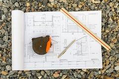 与铅笔、统治者和弹药筒米的建筑学图画 库存照片