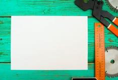 与铅笔和工具的纸在木 库存照片