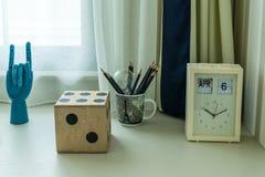 与铅笔和时钟的装饰桌 免版税库存图片