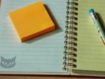 与铅笔和空的螺旋笔记的学校办公室固定式集合 免版税库存图片
