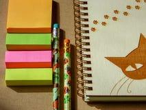 与铅笔和空的螺旋笔记的学校办公室固定式集合 库存图片