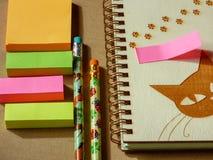 与铅笔和空的螺旋笔记的学校办公室固定式集合 库存照片