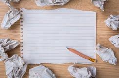 与铅笔和被弄皱的纸的白色笔记本纸 免版税库存照片