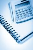 与铅笔和计算器的有角度的笔记本 免版税库存图片
