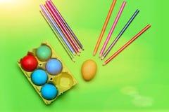 与铅笔的五颜六色的被绘的复活节彩蛋在箱子设置了 免版税图库摄影
