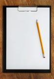 与铅笔的剪贴板 库存照片