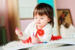 1与铅笔的岁女婴图画在家 免版税库存图片