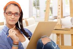 与铅笔的微笑的女孩图画 免版税库存照片