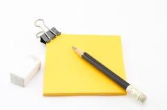 与铅笔的橙色稠粘的笔记 库存图片
