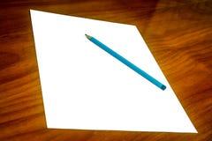 与铅笔的白皮书在书桌上 免版税库存照片