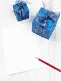 与铅笔的纸盒在蓝色礼物盒前面 库存图片