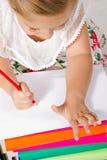 与铅笔的美丽的小女孩图画 免版税库存图片