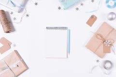 与铅笔,圣诞节装饰的笔记薄 免版税图库摄影