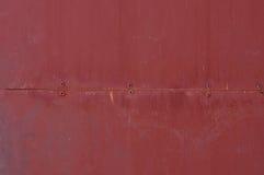 与铆钉的红色金属纹理 免版税库存图片
